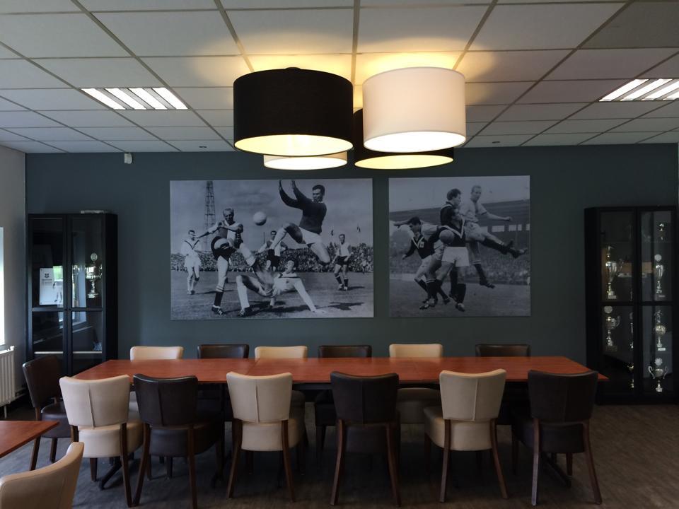 Fraaie oude zwart/wit foto's decoreren de wand bij Sportclub Enschede