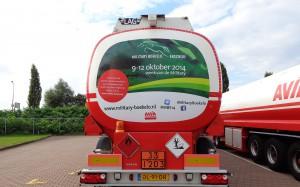 Mondice Reclame in Enschede plakt avery folie d.m.v. autobelttering op Avia vrachtauto's in opdracht van de Military in Boekelo