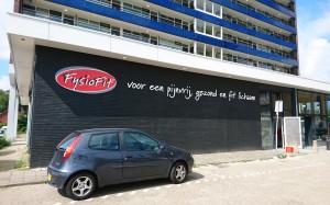 Mondice Reclame Enschede heeft voor Fysiofit in Enschede mooie acrylox freesletters aangebracht op hun gevel.