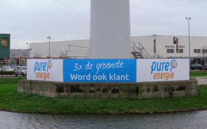 Voor Raedthuys heeft Mondice Reclame grote banners aan hekwerken gemonteerd in Waddinxveen rondom een windmolen